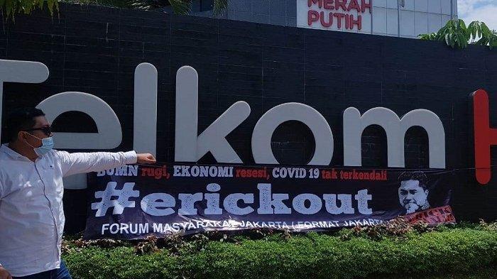 Nilai Menteri BUMN Gagal Total, Forum Masyarakat Jakarta Gelar Aksi Pasang Spanduk 'Erick Out'
