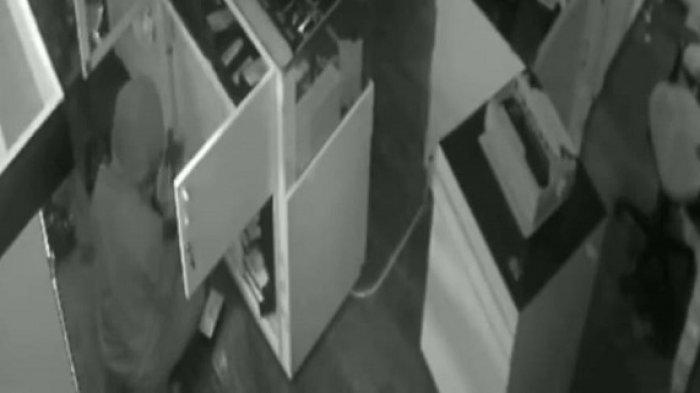 Terekam CCTV, Aksi Berani Maling Curi Sekarung Handphone di Counter Cengkareng, Viral di Medsos