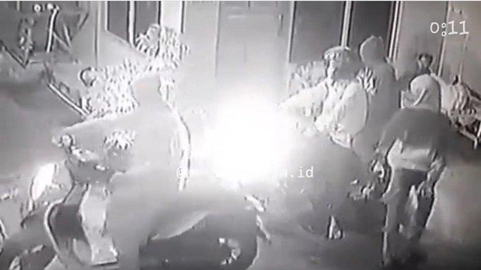 Video Rekaman CCTV Detik-detik Aksi Perampasan Ponsel di Tambora Viral di Medsos, Polisi Buru Pelaku