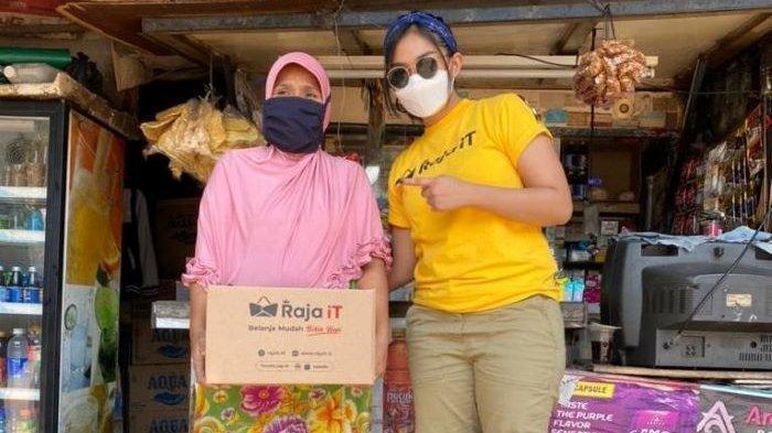 Raja IT Basuki Surodjo Kirim Paket Sembako Untuk Para Pedagang Kaki Lima Terdampak Pandemi Covid-19