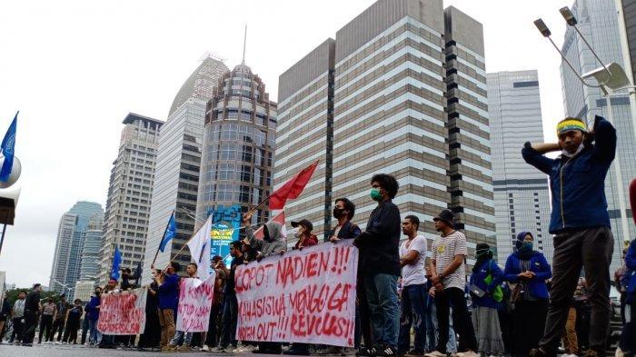VIDEO: Ada Demo di Depan Kantor Nadiem Makarim, Lalu Lintas Jalan Sudirman Tersendat
