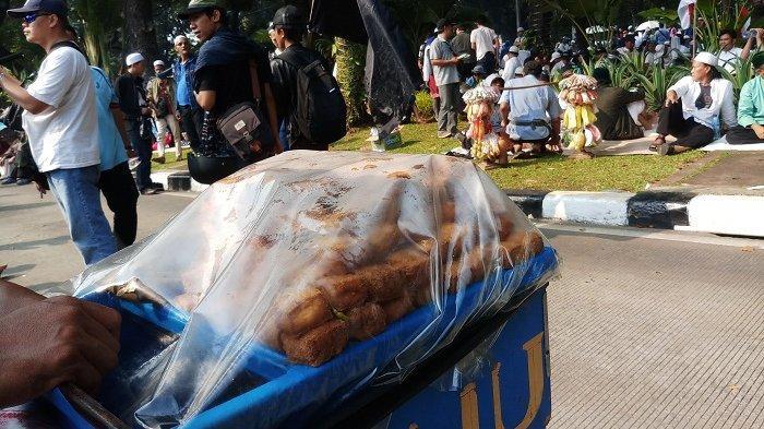 Tiga Demonstran Diduga Keracunan, Penjual Tahu di Sekitar Patung Kuda Keluhkan Dagangannya Tak Laris
