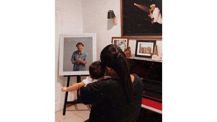 Mutia Ayu dan Gewa Atlana Punya Kebiasaan Unik Didepan Foto Glenn Fredly, Apa yang Mereka Lakukan?