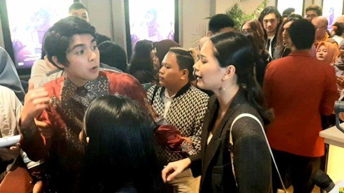 Al Ghazali tampak menggandeng Alyssa Daguise saat Gala Premiere film Dignitate di Bioskop XXI Epicentrum Walk, Jalan HR Rasuna Said, Kuningan, Jakarta Selatan, Senin (20/1/2020). Keduanya mengaku pacaran lagi setelah putus cinta pada 2019.