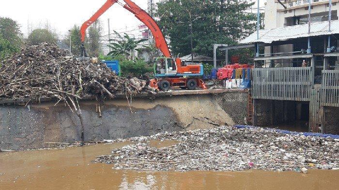 Pasca Dua Hari Hujan Mengguyur Jakarta, Pintu Air Manggarai Masih Digenangi Tumpukkan Sampah