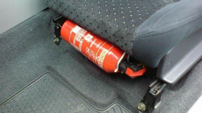 Alat Pemadam Api Ringan (APAR) di mobil. Mulai tahun ini APAR wajib ada di kendaraan roda empat.