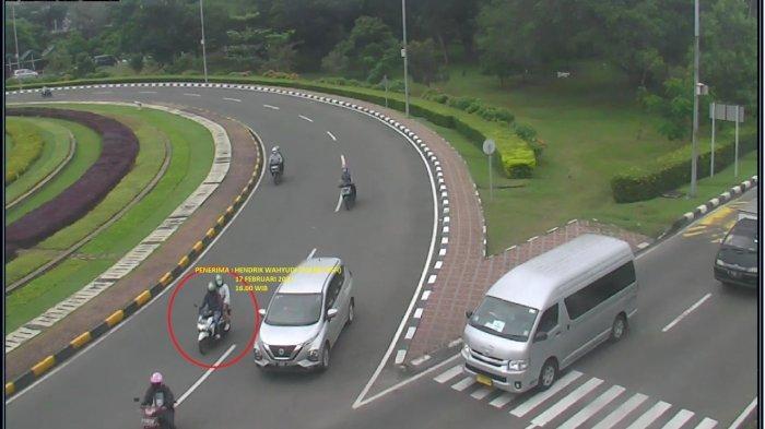 Pencuri HP Albar saat memasuki area parkir Bandara Soekarno-Hatta.