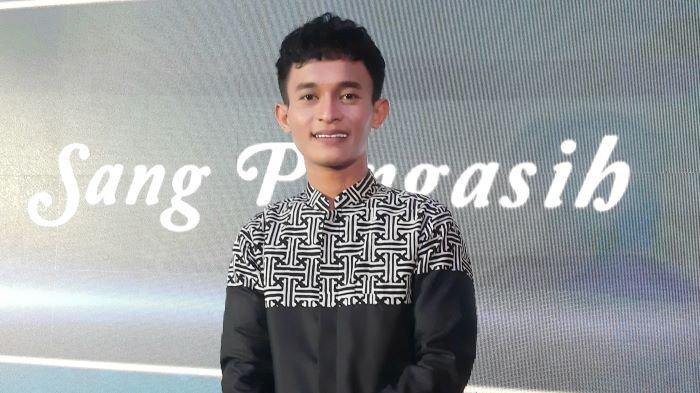 Penyanyi Aldiv merillis dua lagu religi baru menjelang Ramadan 2021, salah satunya lagu Sang Pengasih ciptaan Opick, di kawasan Setiabudi, Jakarta Selatan, Selasa (6/4/2021).