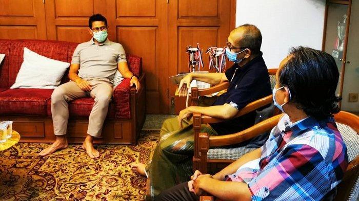Sandiaga Uno saat menjenguk mantan pebalap mobil nasional Alex Asmasoebrata di rumahnya, Jakarta Selatan pada Senin (2/11/2020) malam.