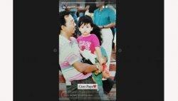 Insta story dari akun Alexandra Asmasoebrata yang memperlihatkan foto masa kecilnya digendong oleh almarhum papanya