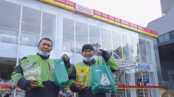 Alfamart Salurkan Bantuan Sembako untuk 30.000 Mitra Gojek