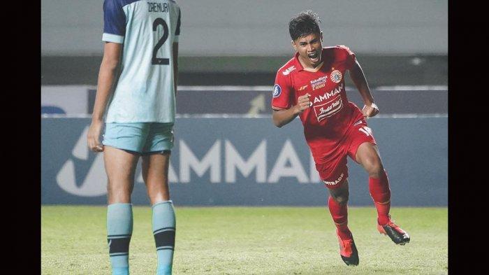 Pemain muda Persija Jakarta Alfriyanto Nico berhasil mencetak gol ke gawang Persela Lamongan pada menit ke-46 dan membawa timnya menang 2-1