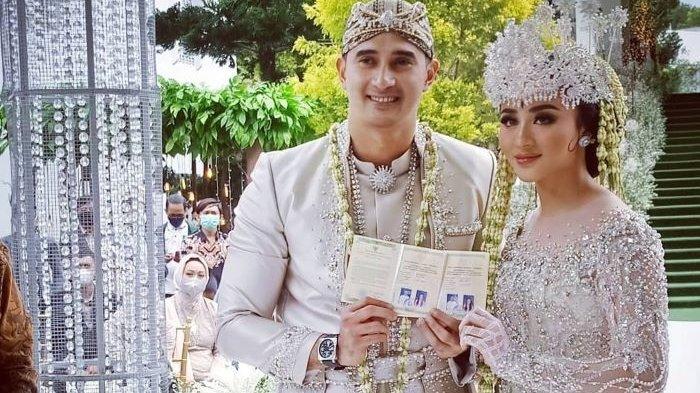 Ali Syakieb dan Margin Wieheerm menikah dan resmi menjadi suami dan istri usai menggelar akad nikah di Bandung, Jawa Barat, Sabtu (6/2/2021).