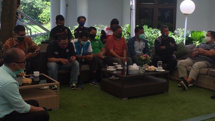 Aliansi Buruh Kabupaten Bogor melakukan pertemuan dengan Forum Komunikasi Pimpinan Daerah Kabupaten Bogor untuk menyampaikan rencana aksi unjuk rasa menolak UU Omnibus Law pada Kamis (15/10/2020) di Kantor Bupati Bogor.