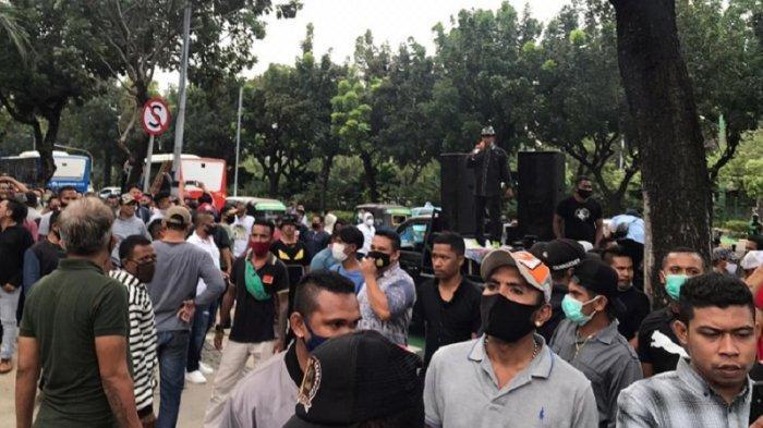 Geruduk Balai Kota, Demonstran Minta Pertemanan Anies-Habib Rizieq Tak Korbankan Warga DKI