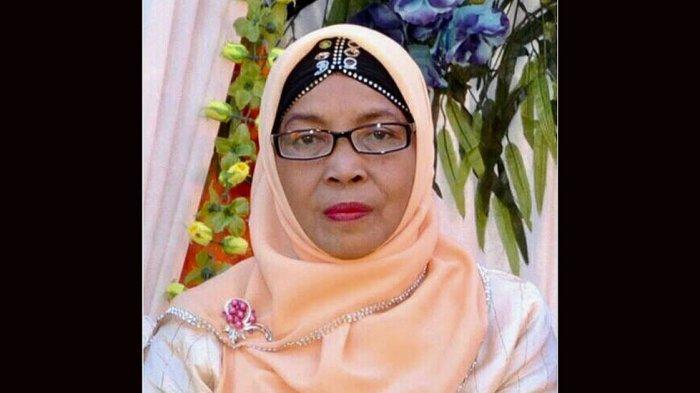 Almarhumah Siti Djauhar adalah sosok Ibu yang sukses mendidik Apriyani Rahayu dalam olahraga bulu tangkis dari umur tiga tahun sampai beliau wafat pada tahun 2015 lalu.