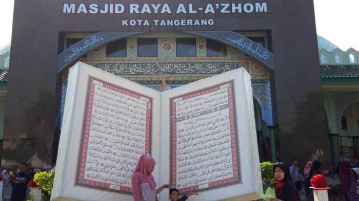 Alquran Raksasa di Masjid Raya Al Azhom Tangerang Jadi Rebutan Objek Selfie