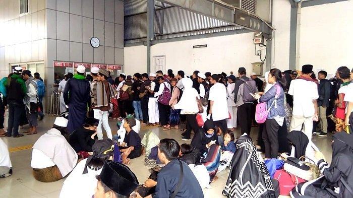 Para Alumni 212 Rela Duduk di Lantai Stasiun Tanah Abang Demi Dapatkan Tiket Kereta Agar Bisa Pulang