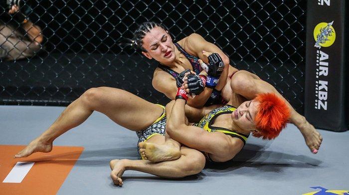 Alyona Rassohyna mengalahkan Stamp Fairtex di detik-detik akhir pertarungan dengan kuncian guillotine choke