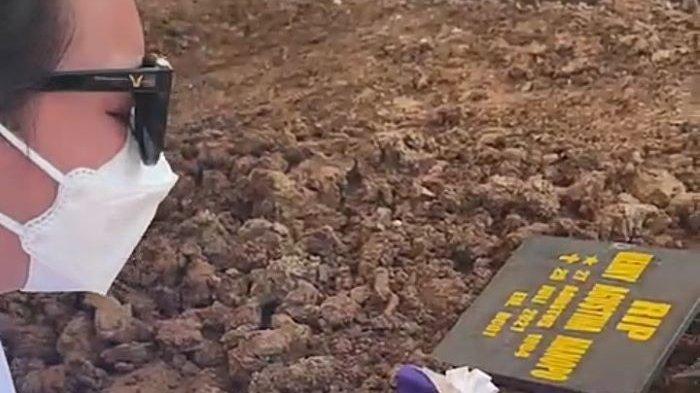 Pemain sinetron Amanda Manopo terus memeluk erat ayahnya saat jenazah Henny Manopo, almarhum ibunya, dimakamkan, Senin (26/7/2021) siang. Jenazah Henny Manopo ibu Amanda Manopo dimakamkan di San Diego Hills Memorial Park, Karawang, Jawa Barat.