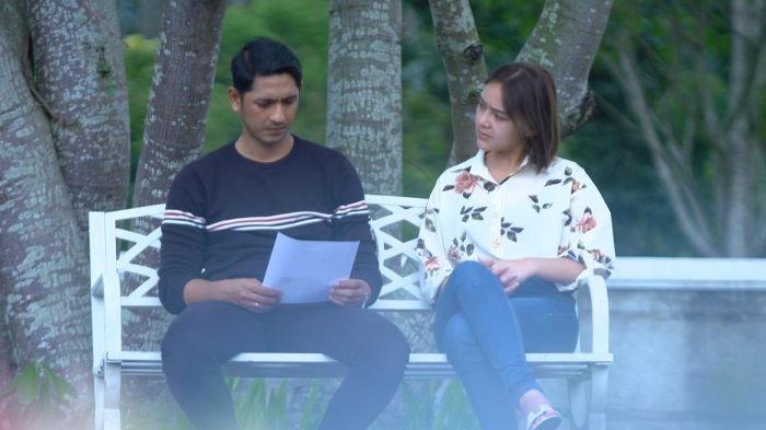 Arya Saloka saat berakting bersama Amanda Manopo di sinetron Ikatan Cinta.