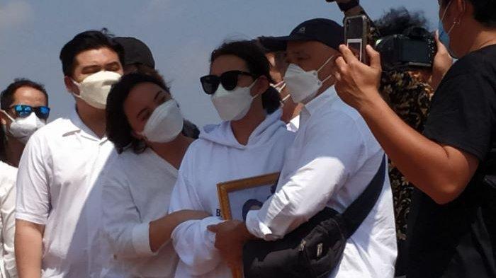 Amanda Manopo (tengah) setelah ikut memakamkan jenazah Henny Manopo, ibunya, di San Diego Hills Memorial Park, Karawang Jawa Barat, Senin (26/7/2021).