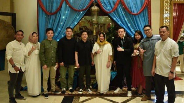 Ambhara Hotel Jakarta bekerjasama dengan Komunitas Pewarta Hiburan Indonesia (KoPHI) menggelar aksi sosial untuk puluhan anak yatim piatu, Jumat (7/5/2021). Aksi sosial ini didukung Band HIVI! dan Satas Transportindo International, PPMTI, Federasi Serikat Musisi Indonesia (FESMI), serta Komunitas Biduan Swara.