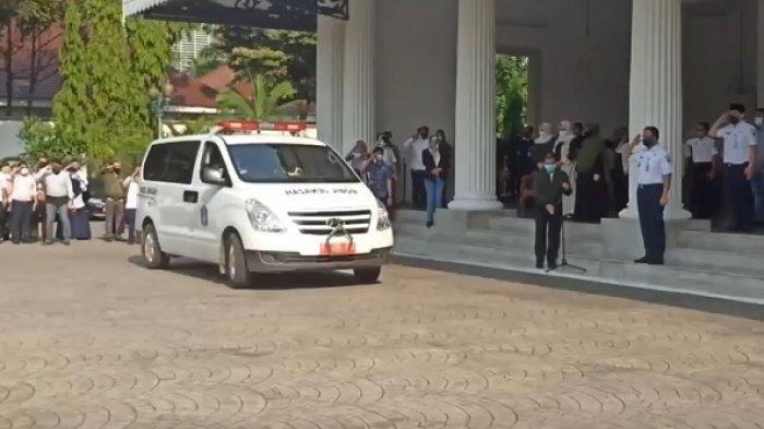 Ambulans yang membawa almarhum Sekda DKI Saefullah meninggalkan Balai Kota DKI setelah dilakukan upacara singkat yang dipimpin Gubernur DKI Jakarta Anies Baswedan, Rabu (16/9/2020) sekitar pukul 15:00 WB.