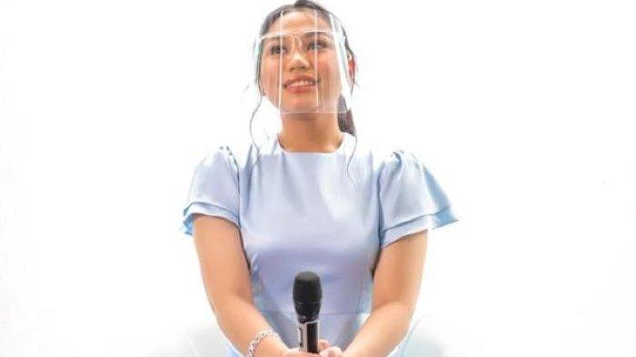 Penyanyi Aminda disela mengenalkan lagu 'Dua Centang Biru' di Hutan Kota Plataran, Senayan, Tanah Abang, Jakarta Pusat, Jumat (27/11/2020).