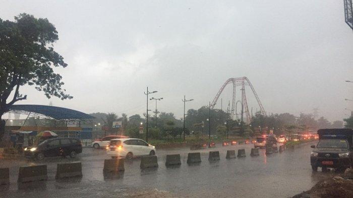 Pengunjung Terus Berdatangan ke Ancol Meski Diguyur Hujan Deras Kedatangan Pengunjung Tidak Surut