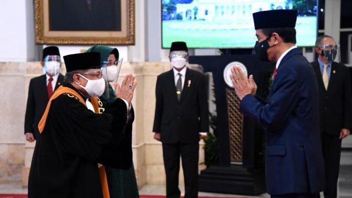 Dr. H. Andi Samsan Nganro, S.H., M.H. mengucapkan sumpah sebagai Wakil Ketua Mahkamah Agung (MA) Bidang Yudisial di depan Presiden Joko Widodo di Istana Negara, Jakarta Pusat, Senin (15 /2/2021).