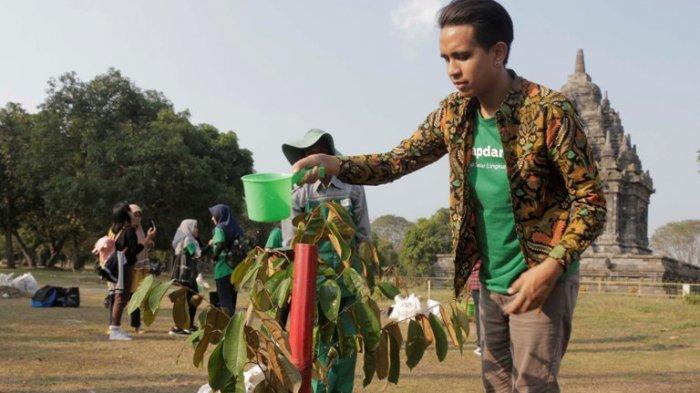 YouTuber dan bintang film Andovi da Lopez ketika melakukan penanaman bibit pohon sawo susu di Kampanye Siap Darling (Sadar Lingkungan) garapan Bakti Lingkungan Djarum Foundation di kawasan Candi Prambanan, Klaten, Jawa Tengah, Rabu (26/6/2019).