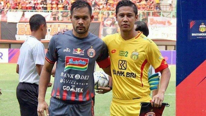 Andritany Ardhiyasa bersama kakaknya Indra Kahfi pada laga Liga 1 yang mempertemukan Persija Jakarta vs Bhayangkara FC