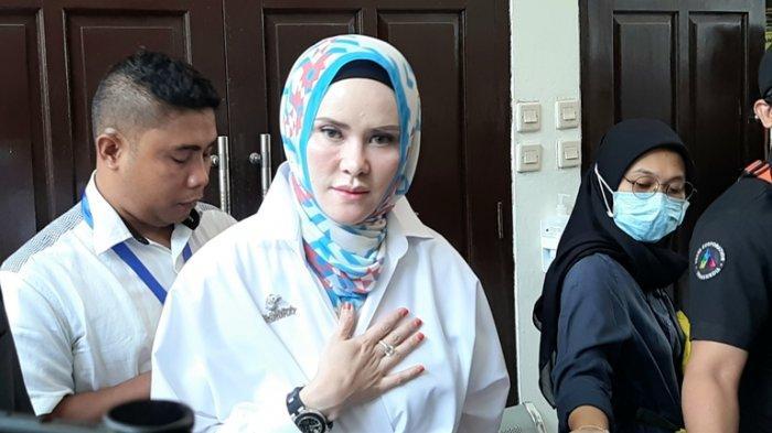 Angel Lelga setelah memberikan kesaksian di sidang dengan terdakwa Vicky Prasetyo di Pengadilan Negeri Jakarta Selatan, Rabu (26/8/2020).
