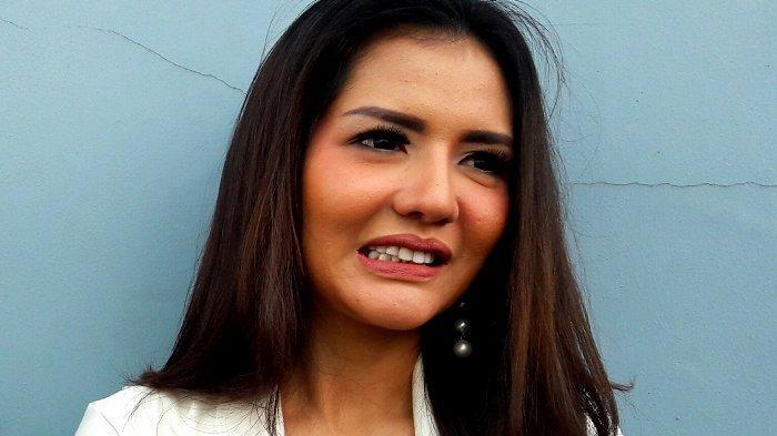 Anggia Chan punya alasan tersendiri sehingga mau dipacari Vicky Prasetyo.