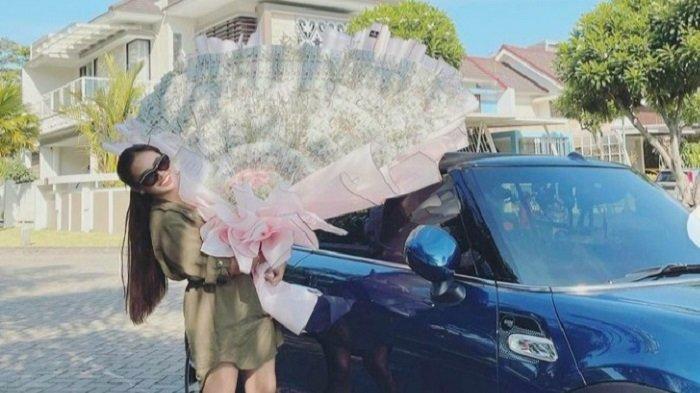 Anggie Jesey Koleksi Mobil Mewah Berkat Sukses Jadi Selebgram dan Pengusaha