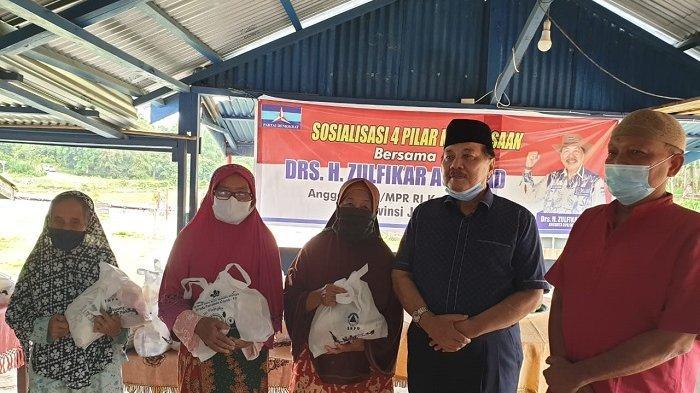 Ratusan Warga Gembira Terima Paket Sembako usai Zulfikar Achmad Sosialisasi Empat Pilar Kebangsaan
