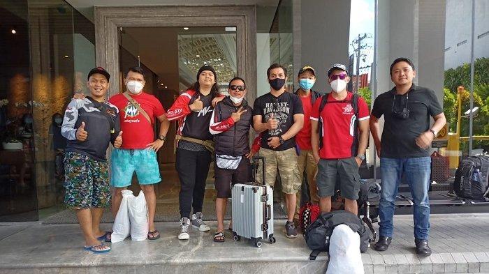 Anggota Komunitas Motor Besar MV Agusta Owner Club Indonesia (MVOCI) berfoto bersama