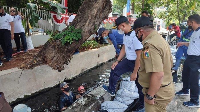 Jajaran Lantamal III Berkolaborasi dengan Kecamatan Pademangan Kuras Saluran Air