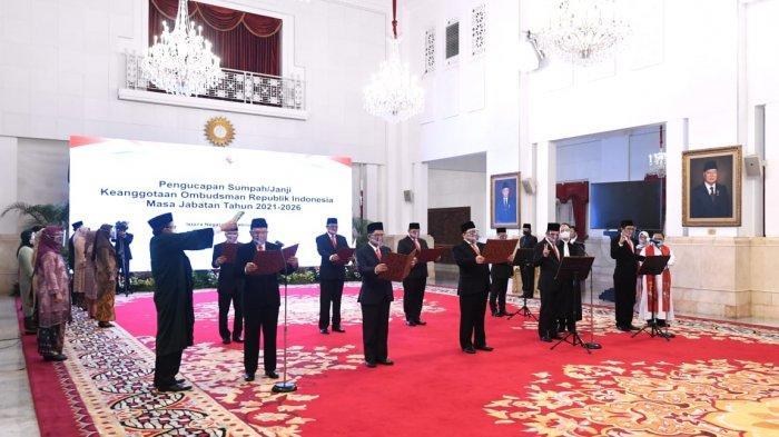Anggota Ombudsman Republik Indonesia membaca sumpah untuk masa jabatan tahun 2021-2026 di Istana Negara, Jakarta Pusat, Senin (22/2/2021).