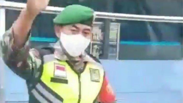Seorang anggota TNI usai membuka jalan ketika sebuah ambulans terjebak macet di kawasan Cileunyi, Kabupaten Bandung. Momen itu terekam video yang diunggah oleh akun @ambulance_bdg_ai; pada Kamis (22/10/2020).