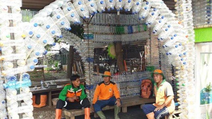 Anggota UPK Badan Air Bangun Tempat Istirahat dari Limbah Botol Platik