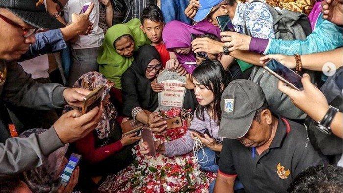 UPDATE Anggun C Sasmi Prihatinkan Makam BJ Habibie Ramai Warga Berselfie, Netizen Ikut Menghujat