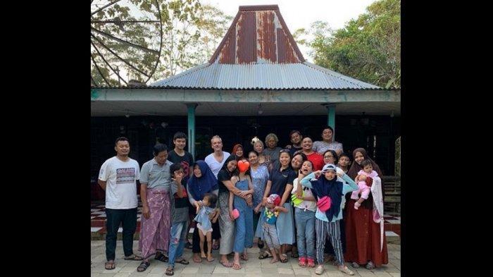 Heboh Penyanyi Internasional Anggun C Sasmi Saat Pulang Kampung ke Kroya, Tetap Pakai Sendal Jepit