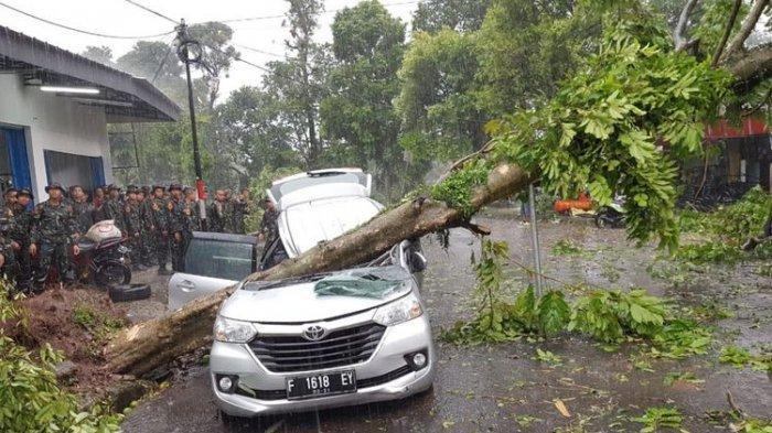 Warga Bogor Selatan Rasakan Kedahsyatan Terjangan Angin Puting Beliung seperti Kiamat