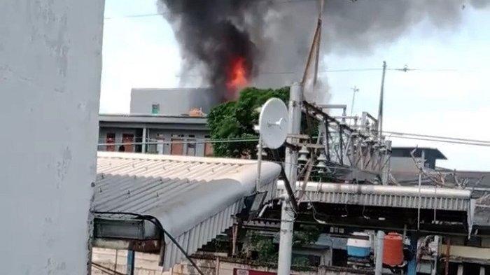 Rumah Dekat Stasiun Angke Jakarta Barat Terbakar, 70 Personel Damkar Dikerahkan