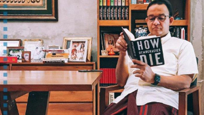 Anies Unggah Foto Pakai Batik Merah Gambar Banteng Sambil Tersenyum, Bikin Heboh Netizen
