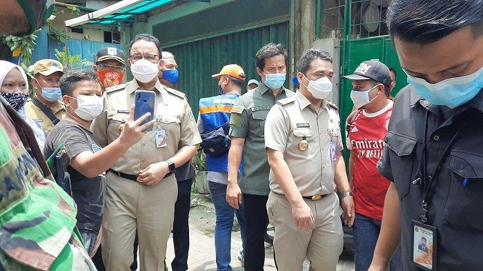 Gubernur DKI Jakarta Anies Baswedan meninjau lokasi yang sempat terendam banjir di Rawa Buaya, Cengkareng, Jakarta Barat, Senin (22/2/2021).