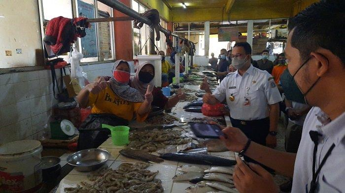 Anies Baswedan Pastikan Pasokan Sembako Aman saat Lebaran ketika Meninjau Pasar Kopro