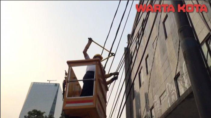 VIDEO: Gubernur DKI Jakarta Anies Baswedan Potong Kabel Udara Semrawut di Jalan Prof. Dr. Satrio